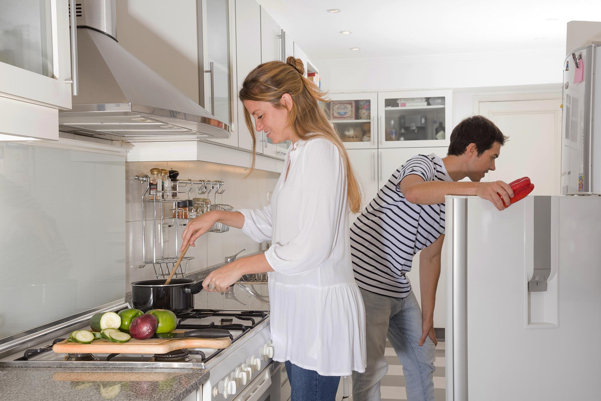 familia en cocina reformada por lumogas